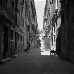 Venice (Koprek) Tags: rolleiflex28f film analog 6x6 120 ilfordhp5 venice italy may 2019 streetphotography stphotographia stphotography street