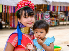 Long neck and the baby (SLpixeLS) Tags: asia thailand chiang mai portrait girl baby hilltribes long neck karen earthasia totallythailand kayan padaung hilltribe bodymodification brass coils ethnic faces giraffewomen indigenous karentribe longneckkaren longnecks longnecktribe longo mujeres mujeresjirafa necklace padang padong paduang ring rings southeastasia traditional travel tribal tribe tribes village villagers