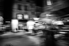 Laché prise (Stephane Rio 56) Tags: france provencealpescotedazur europe bouchesdurhone ville nb nuit bw life night rue street town vie