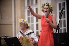 Linda et Antoine anime les danses traditionnelles de Midsommar (The Multilayered European) Tags: red danse tradition traditions suèdeenfrance suède france paris