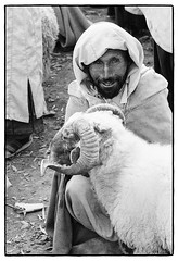 83215_04 Weekly market, High Atlas, Morocco, 1983 (Wolfgang_Kraus) Tags: morocco maroc marokko highatlas hautatlas berbers imazighen market souk portrait ethnography pentax mx smcpentaxm100mmf28 analog film ilford hp5 id11 monochrome dslrscanning k1 schneiderkreuznach adapted xenon zirconia 11 linescan industriallens piplkan