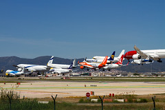 Aterrizando aviones / Landing airplanes (- Gabi de la Torre) Tags: landing airplanes aeropuerto barcelona vuelo avión airplane airbus boeing vueling easyjet rayanair norwegian lot tráfico aéreo