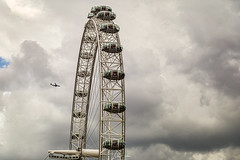 London Eye. Closeup on a cloudy afternoon. (pixval1) Tags: london eye londra panoramic millenium wheel routa panoramica aereo aircraft cloudy nuvoloso nuvole cielo sky coca cola cabin pods canon eos 6d 24105l