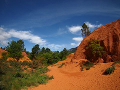 Colorado Provençal (ISOZPHOTO) Tags: isoz isozphoto colorado provençal rustrel france frankreich provence südfrankreich vacation urlaub colorful colourful ocker ocher ocre landschaft landscape campagne 2019 olympus pen epm1 9mm bodycap mft m43 coloradoprovencal vacationtime vacances penmini lenscap oly micro43 microfourthirds dslm spiegellos mirrorless sky bluesky himmel wolken clouds bäume trees wow composition fantastic
