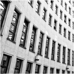 Curved (Art de Lux) Tags: berlin deutschland germany federalforeignoffice auswärtigesamt fassade facade fenster windows lampen leuchten lamps gebogen curved spiegelung reflection sw schwarzweiss bw blackandwhite architektur architecture artdelux