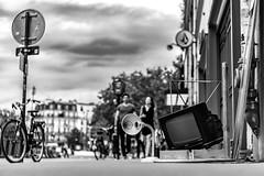 ... (::nicolas ferrand simonnot::) Tags: voigtländer nokton classic sc 40 mm f 14 voigtländernoktonclassicsc40mmf14 2010s | 10 blades aperture leica m paris 2019 2018 noir et blanc monochrome streetphotography city life bw wide angle vintage west germany lens prime fixed length street photography darkness personnes bokeh