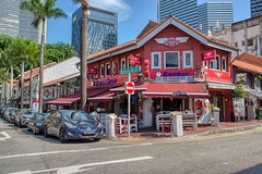 Corner restaurant on Bussorah Street in Singapore (UweBKK (α 77 on )) Tags: singapore southeast asia sony alpha 77 slt dslr corner restaurant bussorah street road car park house building architecture city urban