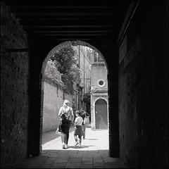 Venice (Koprek) Tags: rolleiflex28f ilfordhp5 venice may 2019 streetphotography street stphotographia stphotography koprek italy film 6x6 120