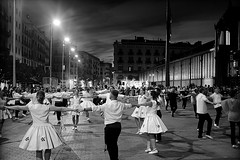 Sardanes al Born (Fnikos) Tags: street plaça plaza people dance dances danza baile bailes dansa danses dança danças sardana sardanas sardanes music musica música competición competition blackandwhite monochrome absoluteblackandwhite outside outdoor