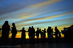 siluetas 1 (MJ Junco) Tags: gente people anochecer sunset puestadesol colores colours colors sevilla seville spain metropolparasol lassetas siluetas silhouettes contraste contrast