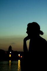 Chill Out Mood (CoolMcFlash) Tags: person woman silhouette vienna night dusk canon eos 60d sky evening frau kontur wien nacht abend fotografie photography donauinsel tamron a007 2470 summer sommer portrait