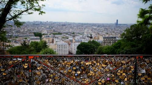 Cadenas avec vue sur Paris. Sacré-Coeur. Montmartre.