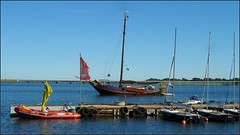 Holländische Segler zu Besuch (Carl-Ernst Stahnke) Tags: holland niederlande segelboot fischerboot holzboot segelschule altefähr seebad motorboot bootssteg rügendamm strelasund