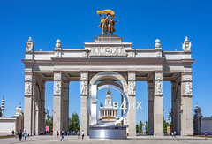 Main entrance to VDNH (Moscow, Russia, 2019) (KonstEv) Tags: vdnh moscow russia arc arch architecture москва вднх вход арка россия zeiss makroplanar архитектура статуя скульптура sculpture statue relief ussr ссср entrance exhibition building house empire