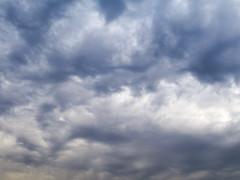 Norte claro, sur oscuro; aguacero seguro. (Andres Bertens) Tags: 8799 olympusem10markii olympusomdem10markii olympusm25mmf18 olympusmzuikodigital25mmf18 rawtherapee clouds nubes