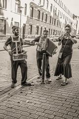 Viens dans ma ville (Jean-Marie Lison) Tags: eos80d sigmaart bruxelles ixelles musiciens accordéon tambour clarinette noiretblanc nb monochrome