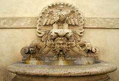 Rom, Piazza del Monte di Pietà, Palazzo del Monte di Pietà, Brunnen von Carlo Maderno (fountain) (HEN-Magonza) Tags: rom roma rome italien italy italia rioneregola piazzadelmontedipietà pallazodelmontedipietà brunnen fountain carlomaderno