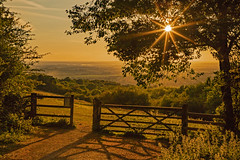 La porta del Paradiso / Gates to heaven (Watlington Hill, Oxfordshire, United Kingdom) (AndreaPucci) Tags: uk oxfordshire chiltern hills sunset andreapucci gate fence