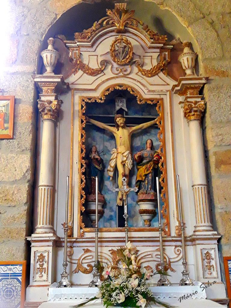Águas Frias (Chaves) - Altar lateral da igreja matriz