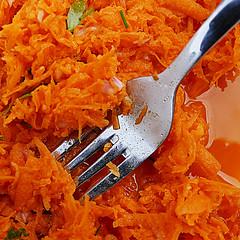 """""""Pour la carotte, le lapin est la parfaite incarnation du mal."""" (Le.Patou) Tags: orange plate fork dent carrots salade challenge assiette fourchette carotte macromondays fz1000 tinesoffork salad stylingfoodonafork"""