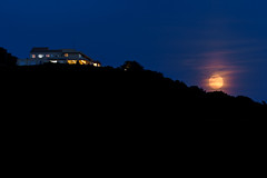 ストロベリームーン昇ったー  The strawberry moon rose (kurumaebi) Tags: sky moon nature landscape nikon d750 yamaguchi 月 秋穂 山口市 moonpillar 月柱