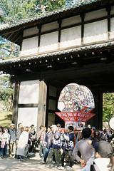 Neputa coming (しまむー) Tags: pentax mz3 fa 43mm f19 limited kodak gold 200 弘前城 桜祭り