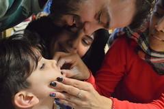 ɱσɱҽɳƚσʂ (loanatilio) Tags: photography fotografía familia reunión momentos family cuatro personas niños mujer hombres hombre atención dedicación felicidad alergia