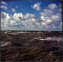 Wolken-Surfer (Ulla M.) Tags: adox adoxmessgolf fuji selfdeveloped selbstentwickelt umphotoart tetenalcolortec wolken clouds mittelformat mediumformat balgenkamera falter filmphotography filmshooter film freihand filmisnotdead foldingcamera folder vintagecamera kitesurfer canoscan8800f