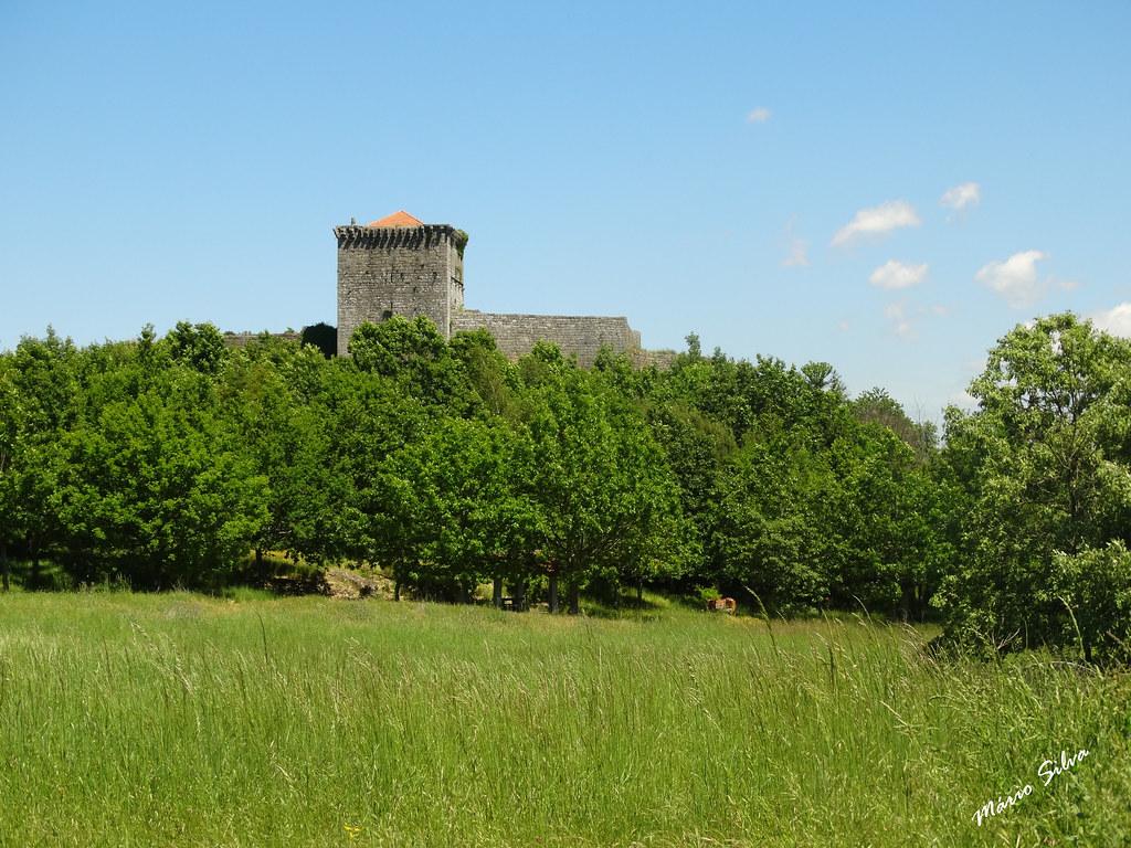 Águas Frias (Chaves) - ... Castelo de Monforte de Rio Livre destacando-se na verdejante envolvente ...
