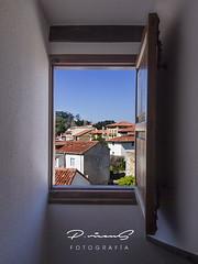 Una habitación con vistas (Gallo Quirico) Tags: comillas ventana pueblo window olympus e5 zuiko 714mm