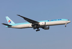 HL8275 Korean Air B773 (twomphotos) Tags: plane spotting landing rwy18l korean air boeing b773 sha zsss