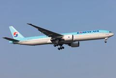 HL8275 Korean Air B773 (twomphotos) Tags: plane spotting zsss sha landing rwy18l korean air boeing b773