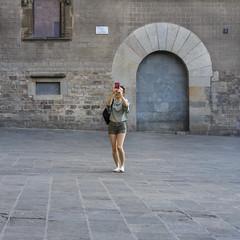 la busqueda (lospollos1) Tags: streetphotography street station girl barcelona gotico