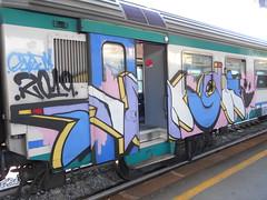 006 (en-ri) Tags: gozew 2019 bianco nero azzurro indaco rosa giallo train genova zena graffiti writing