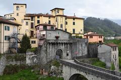 Castelnuovo di Garfagnana (grasso.gino) Tags: italien italy italia toskana toscana tuscany castelnuovo nikon d7200 garfagnana stadt village tor doorway