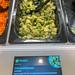 Aufgetaute Avocadostückchen als gesunde Salatbeigabe an der Picadeli Salatbar