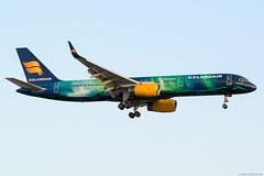 TF-FIU (Andras Regos) Tags: aviation aircraft plane fly airport lhr egll heathrow approach landing icelandair boeing 757 b752 757200 speciallivery heklaaurora auroraborealis
