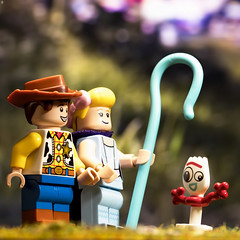 Woody and Bo Peep find TRASH (Jezbags) Tags: woody bopeep toy toys toystory toystory4 toyphotography lego legos pixar disney canon canon80d 80d 100mm macro macrophotography macrodreams macrolego