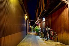 Alone in Kyôtô 2 (Myajima) Tags: japon japan kyoto kyôtô nuit night gion restaurant vélos bikes bicyclettes ruelle street narrowstreet 日本