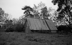 Old shed (Rosenthal Photography) Tags: asa400 kleinbildformat ilfordlc2912920°c9min ff135 analog ilfordhp5 epsonv800 olympustrip35 schwarzweiss frühling ilfordrapidfixer 35mm sommer 20190601 landscape architecture shed oldshed mood spring may blackandwhite trees meadow field olympus trip trip35 olympus35 dzuiko zuiko 40mm f28 ilford hp5 hp4plus lc29 rapid fixer 129 epson v800