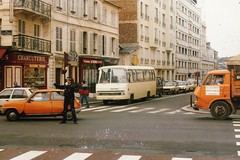 Berliet Heuliez + Citroën 350 Versailles (78 Yvelines) 25-06- 1986a (mugicalin) Tags: orange orangecar orangetruck voitureorange camionorange renault renaultcar renaultr5 r5 citroën camioncitroën belphégor citroën350 livraison gendarme ville centreville town versailles yvelines 78 iledefrance uniforme uniforma uniform peugeot309 berliet calionberliet berlietbus heuliez frenchtruck camionfrançais classictruck charcuterie 10fav 20fav 30fav 40fav 50fav