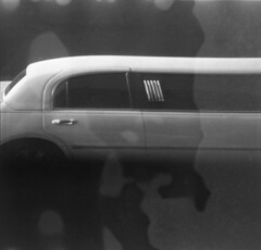 the life of the rich and famous (expired isopan, 1967) (Yutaka Seki) Tags: agfaisorapidif agfaisopanissrapid100 expiredfilm cameratest firstroll standdevelopment rodinal blazinal blackandwhite bw vintagecamera analogue limousine famous star