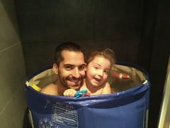 tiet pau (Joan Pau Inarejos) Tags: família familia familiars familiares bañera banyera