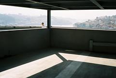 Seeing Porto (auqanaj) Tags: 20190513bis20190518 20190515 kodakportra400 leitzwetzlarsummicronc1240 minoltacle porto portugal2019 analog atiso200 film justcroppedifnecessary meinfilmlab nofurtherprocessing street travel wwwmeinfilmlabde architecture carpark man shade shadow view