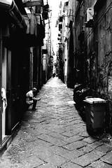 001036 (la_imagen) Tags: italy italia italien italya napoli naples neapel sw bw blackandwhite siyahbeyaz monochrome street streetandsituation sokak streetlife streetphotography strasenfotografieistkeinverbrechen menschen people insan napolids2019 alley
