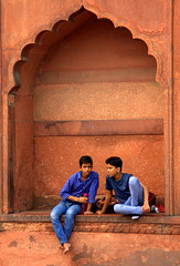boys talk (Weltbürgerin) Tags: asia india indien delhi mosque moschee boys jungen seetherealindia earthasia