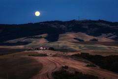 Vollmond (Petra Runge) Tags: mond landschaft blauestunde valdorcia toskana italien italy toscana landscape bluehour moon