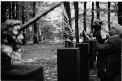 Chapter XVII (Elios.k) Tags: horizontal outdoors people oneperson man visitor museum camera photo photographer sculpture art artwork bronzehead chapters chapterxvii artist janfabre forest sculpturegarden trees dof depthoffield foregroundblur backgroundblur bokeh blackandwhite bw mono monochrome travel travelling may 2018 canon photography otterlo hogevelouwe krollermullermuseum netherlands nederland europe film analoguephotography scannedfilm kodaktrix400 analogfilm grain contrast canona1 a1 analogcamera