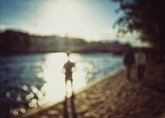 Golden hours (Mister Blur) Tags: golden hours reflection seine river boy silhouette dusk mood autumn september blur blurry dots water desenfoque flou 1er arrondissement paris france promenade alongtheriver nikon d7100 1855mm nikkor lens snapseed rubén rodrigo fotografía