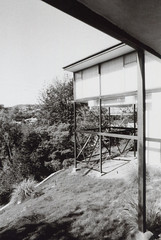 Porst SP Craig Ellwood - Smith House 7 (▓▓▒▒░░) Tags: arista edu foma fomapan bw black white monochrome wide angle vivitar lens porst slr germany photoquelle cosina csm architecture modern modernist house case study craig ellwood glass box cliff canyon analog vintgae retro classic antique film camera mechanical design style art
